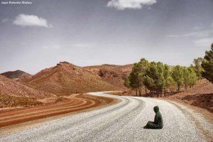 Sentado en camino. Marruecos