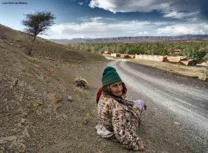 Mujer sentada en Agdz. Marruecos