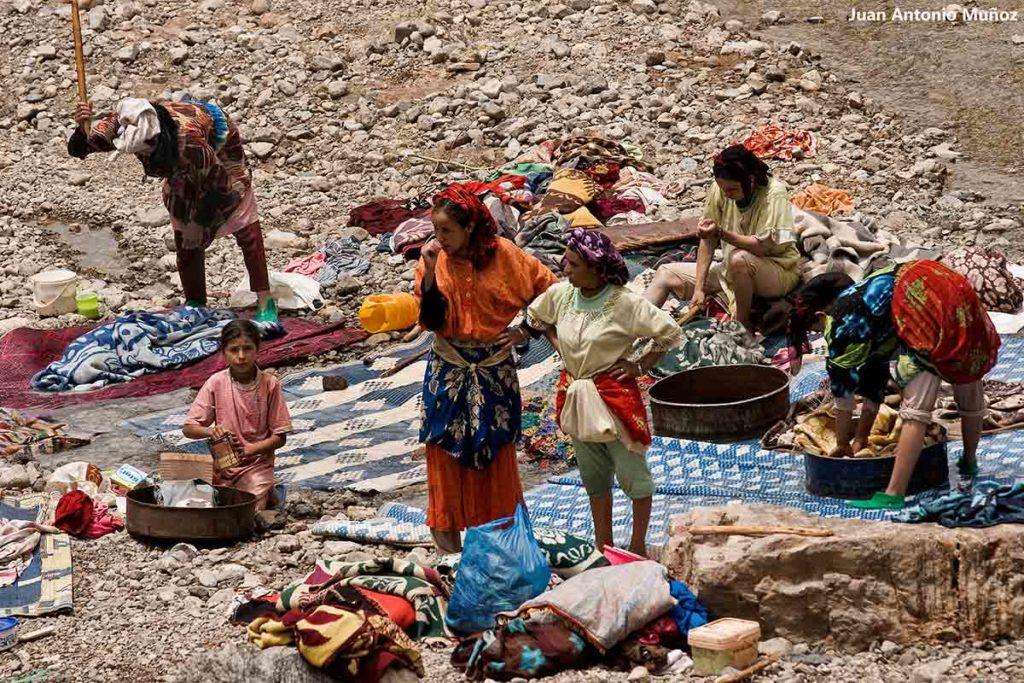 Familias lavando en río. Marruecos