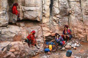 Bereberes lavando en río. Marruecos