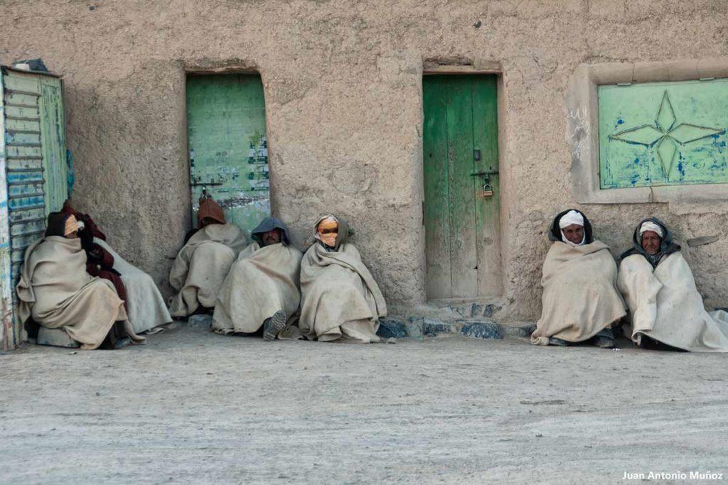 Sentados en Agoudal. Marruecos
