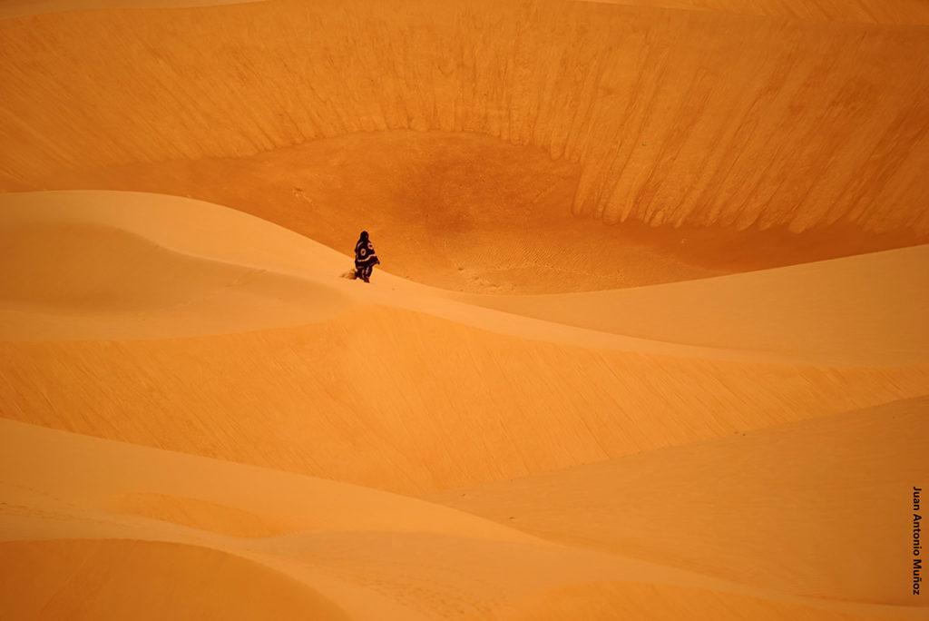 Mujer en dunas. Marruecos