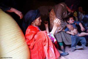 Mujeres sentadas en interior casa. Marruecos