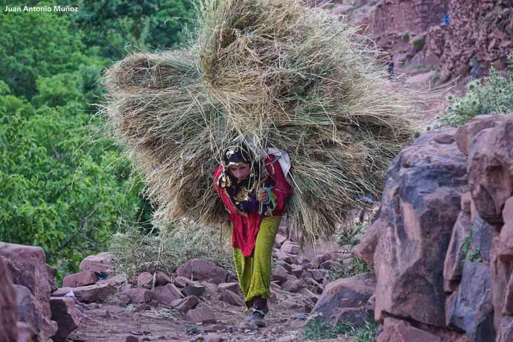 Mujer con mucha carga. Marruecos