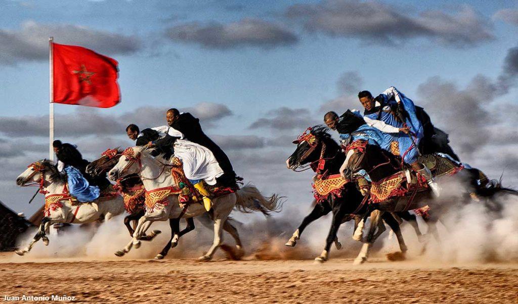 Jinetes y bandera. Marruecos