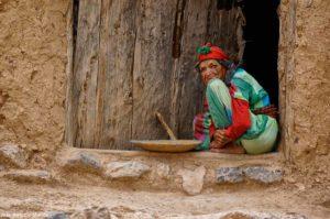 Bereber con molino en puerta casa. Marruecos