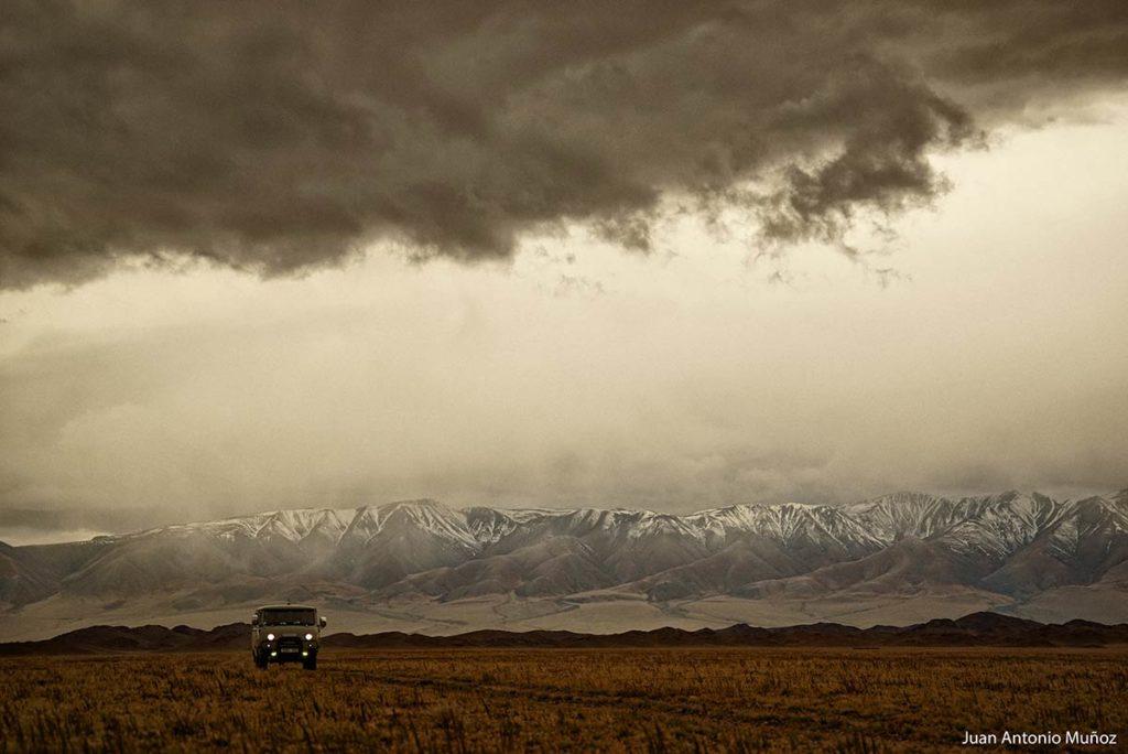 Coche atardecer. Mongolia