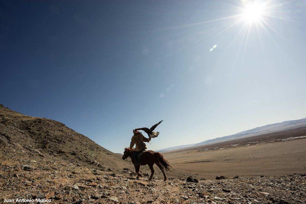 Amanecer en montañas. Mongolia