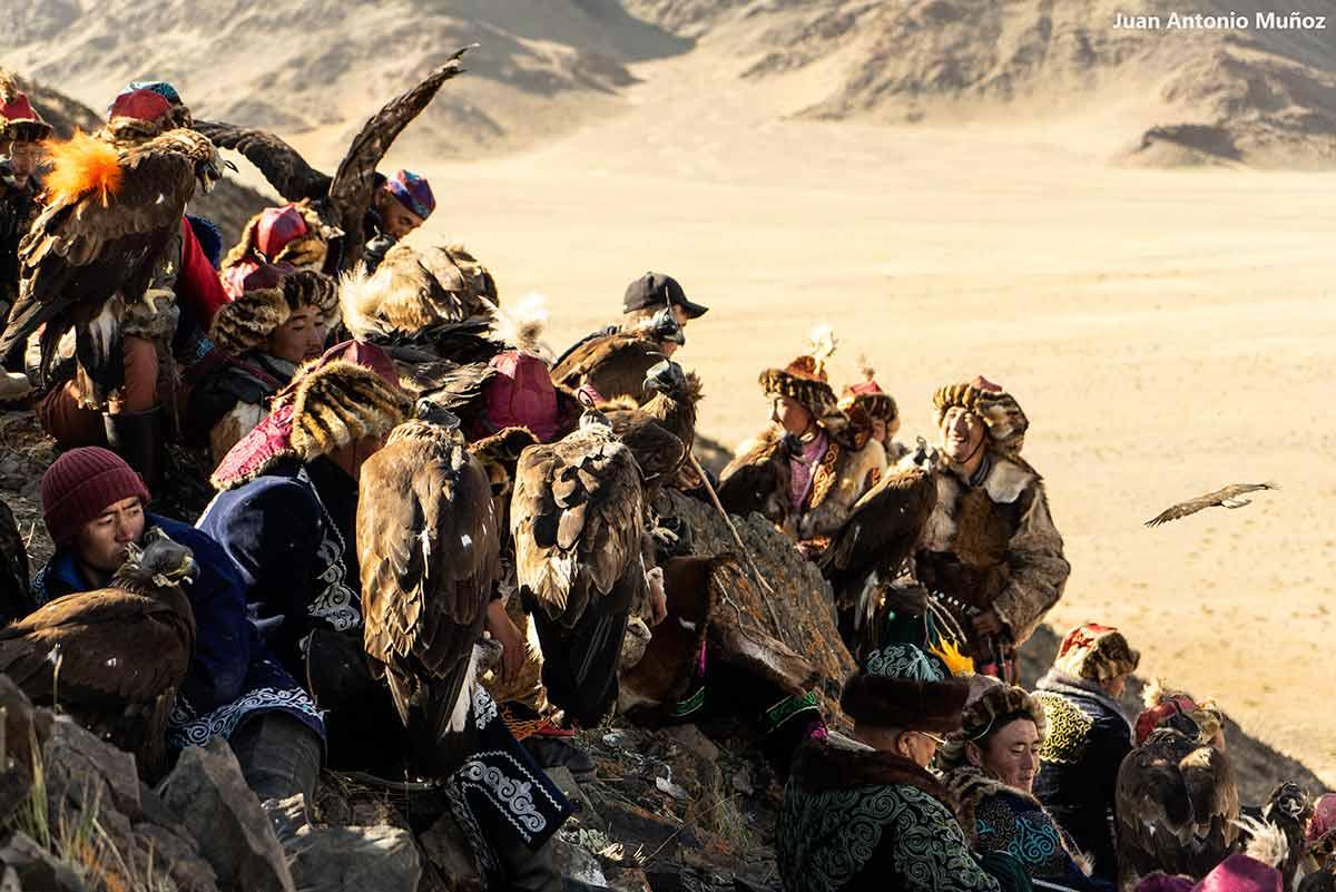 Eaglehunters en colina. Mongolia