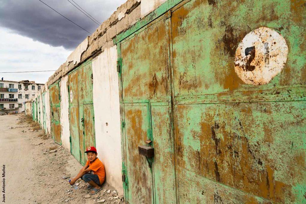 Niño y puerta verde. Mongolia