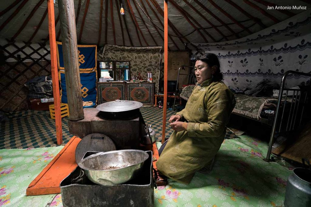Dentro de la yurta. Mongolia