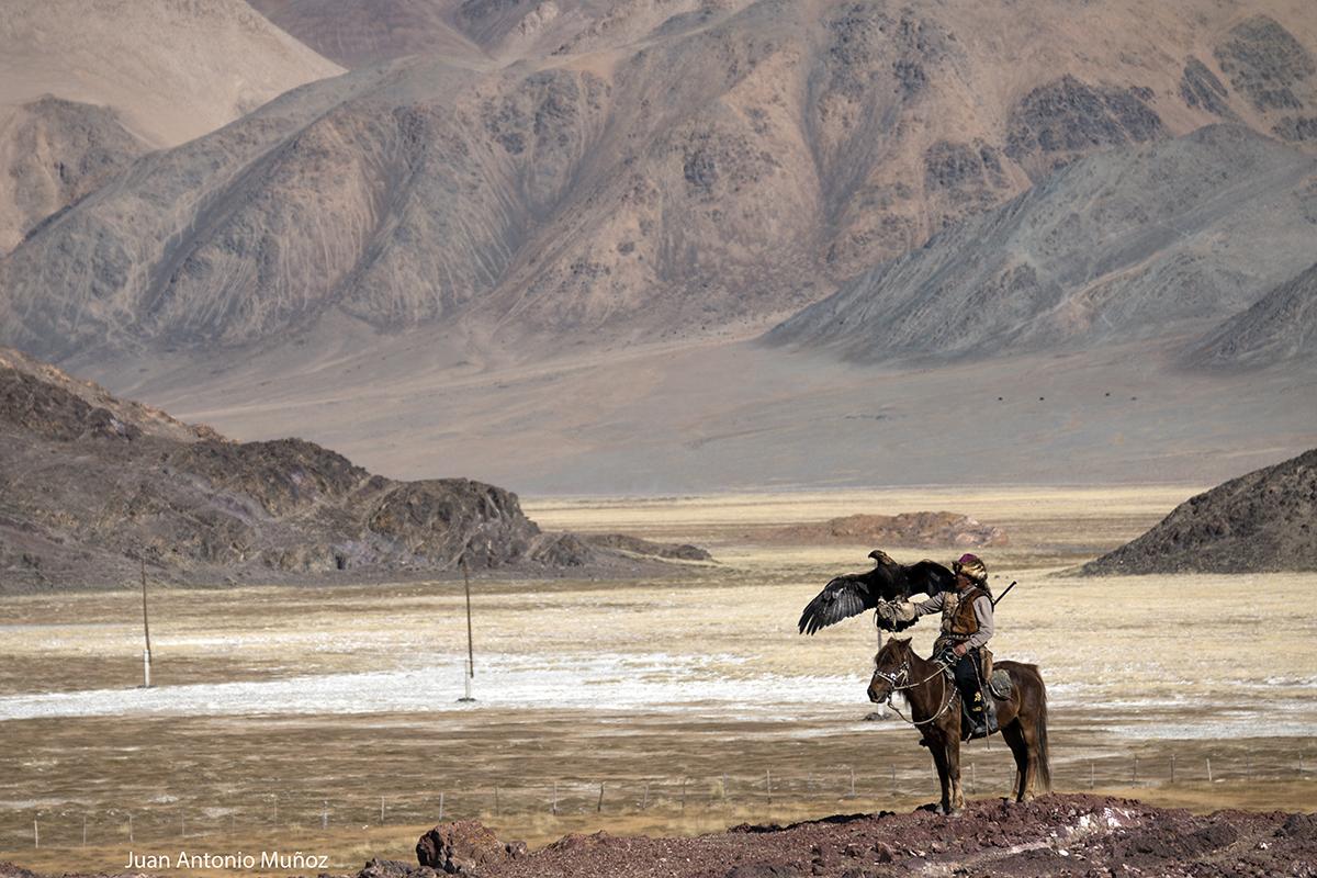 Cazador en montañas. Mongolia