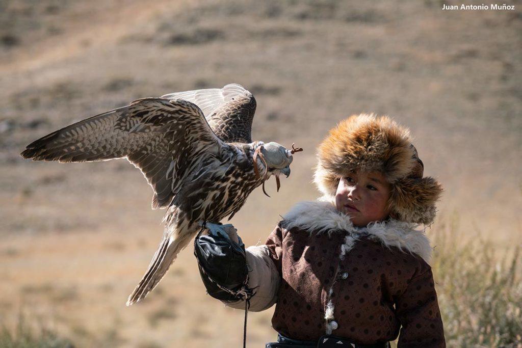 Niño con águila. Mongolia