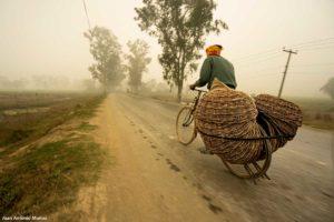 Ciclista en niebla. Nepal