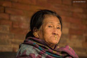 Retrato mujer calle. Nepal