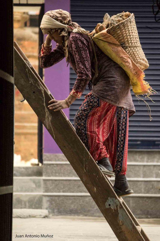 Mujer en escalera. Nepal