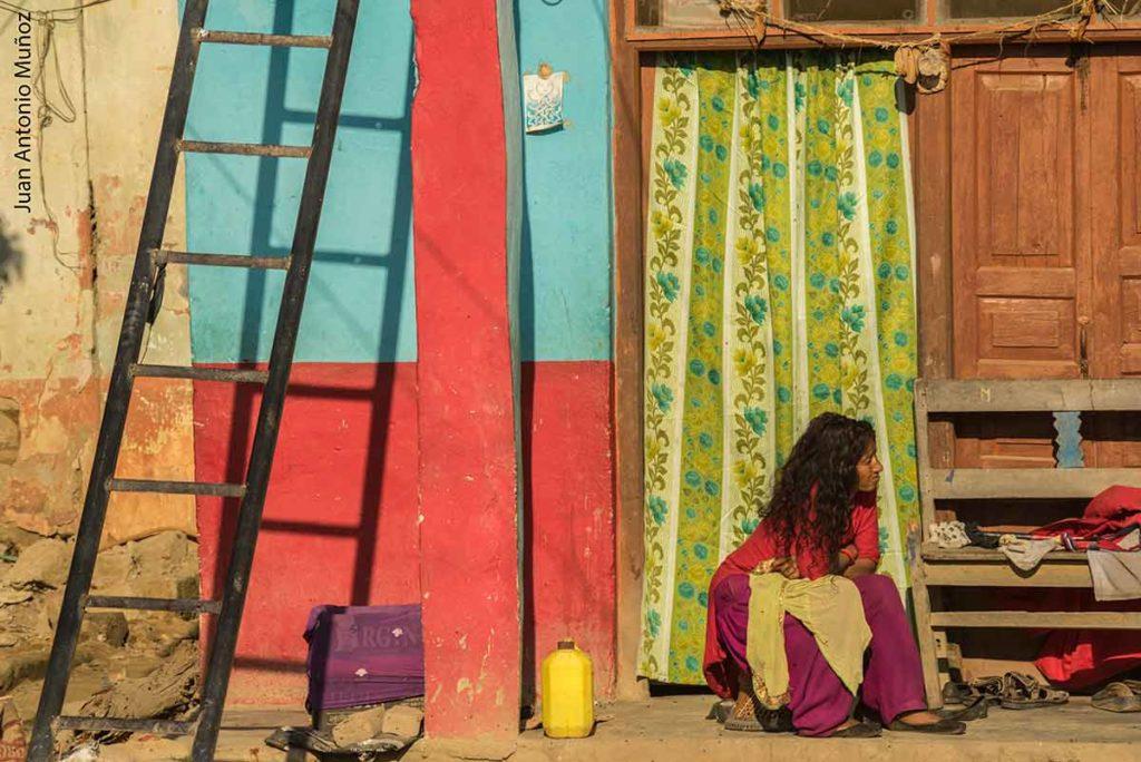 Chica sentada en color. Nepal
