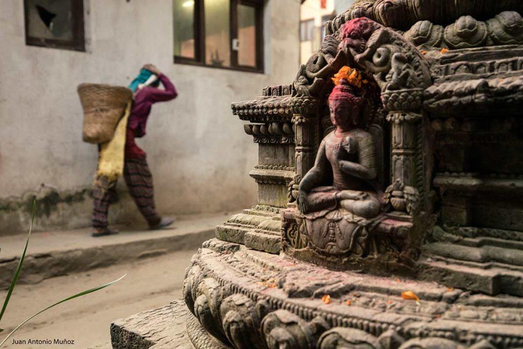 Mujer cargando. Nepal