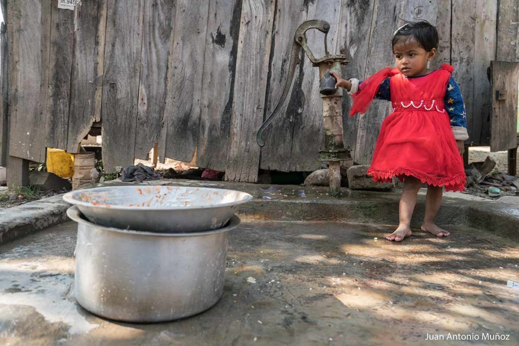 Niña en fuente. Nepal
