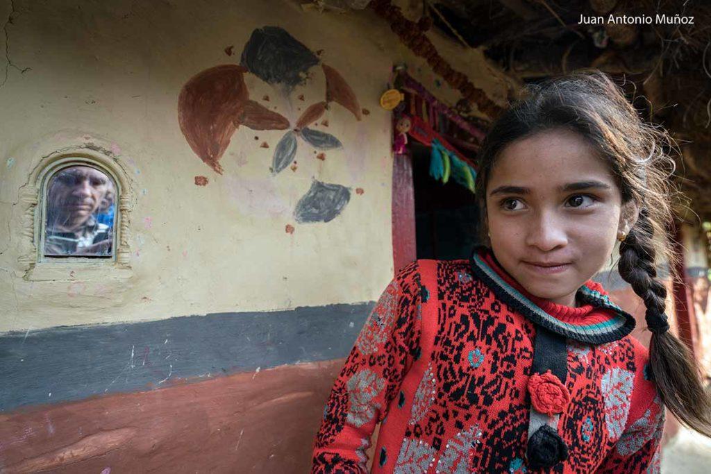 Niña y yo en espejo. Nepal