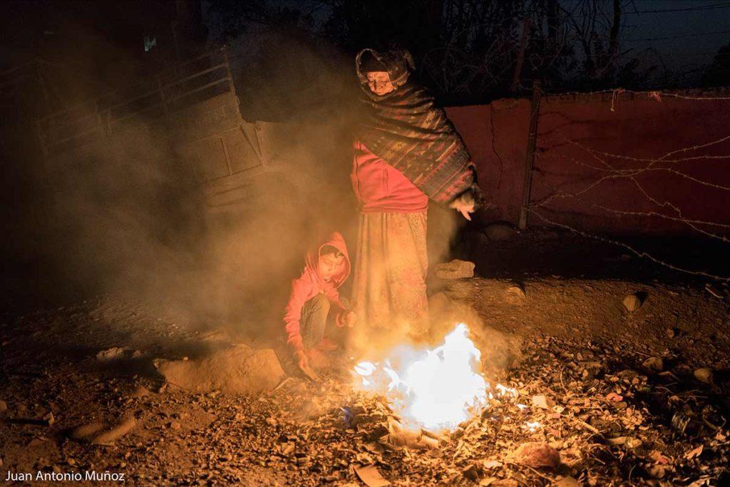 Señora en fogata. Nepal