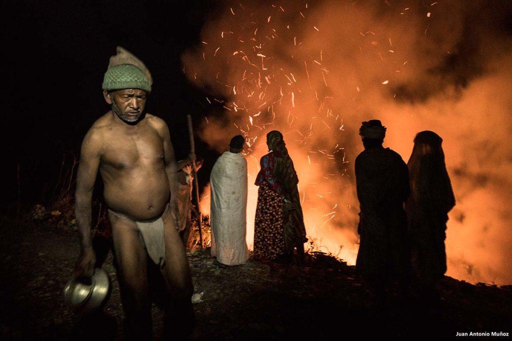 Fuego en campamento Raute. Nepal