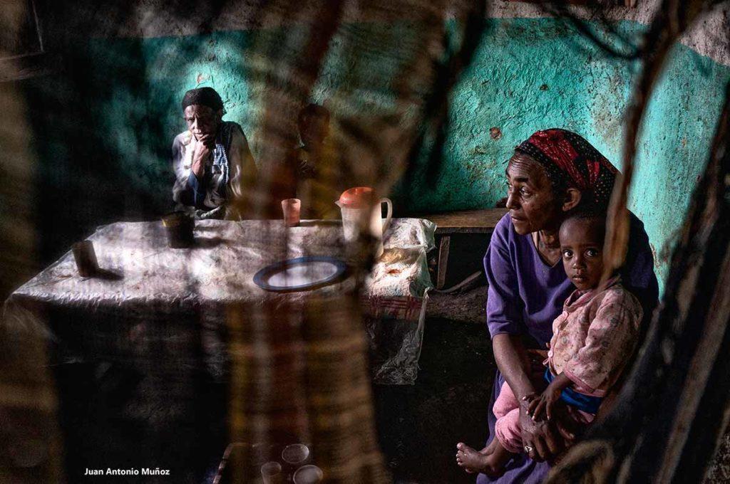 Madre bebiendo Taj. Etiopía