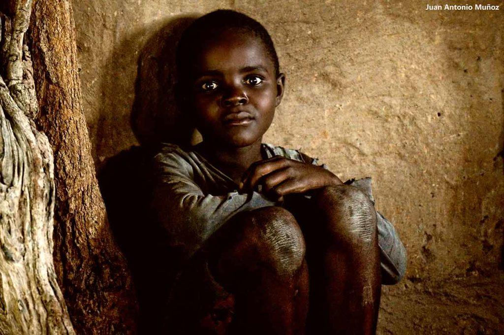 Niño en choza. Zambia