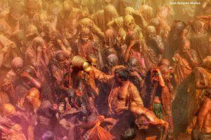 Señor echando con cubo. India