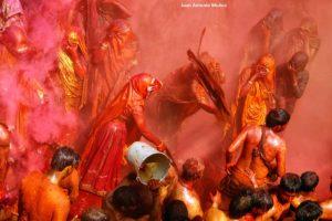 Mujer pegando. India
