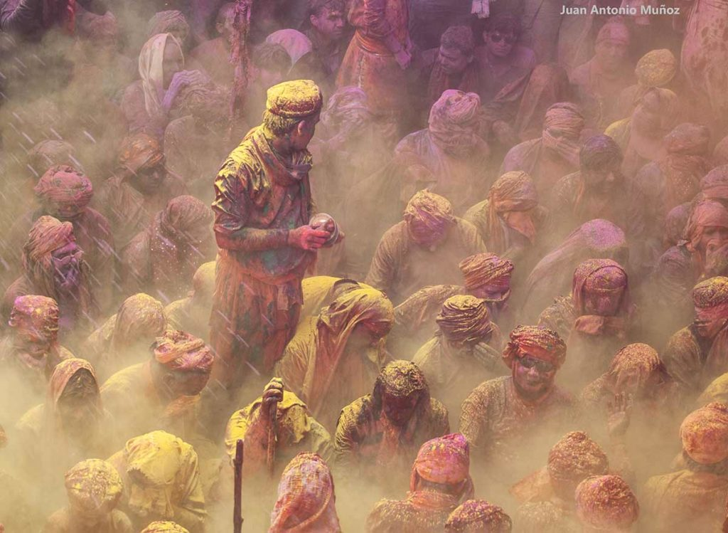Levitando en Holi. India