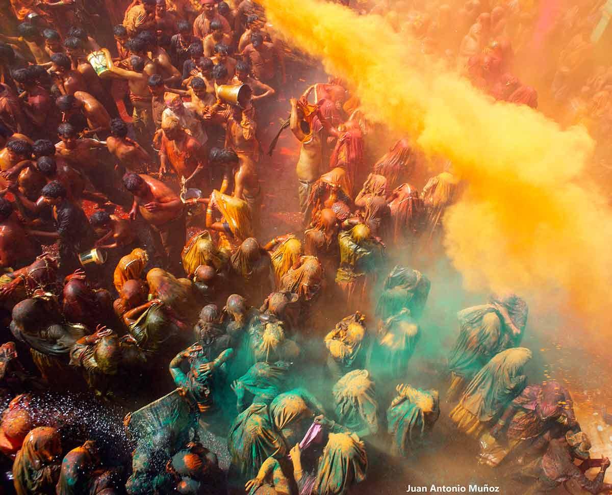 Multitud entre verdes y amarillos. India