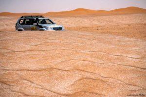 Coche y dunas colores. Marruecos