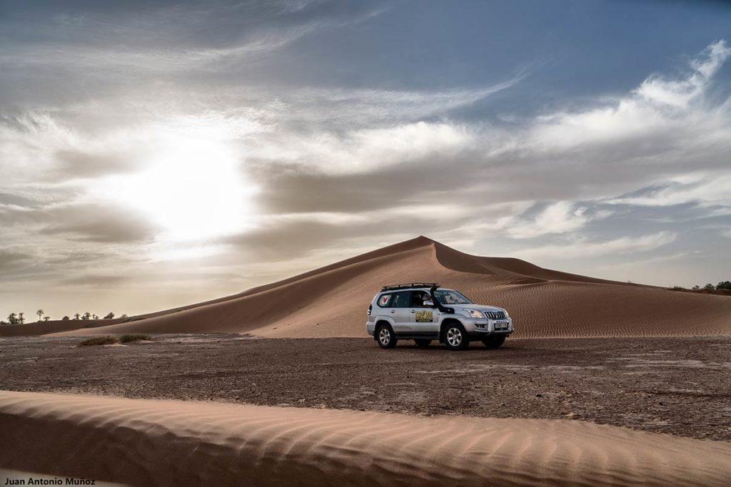 Coche y dunas Casa Juan. Marruecos