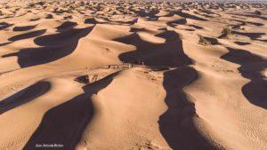 Cruzando mar dunas. Draa valley Marruecos