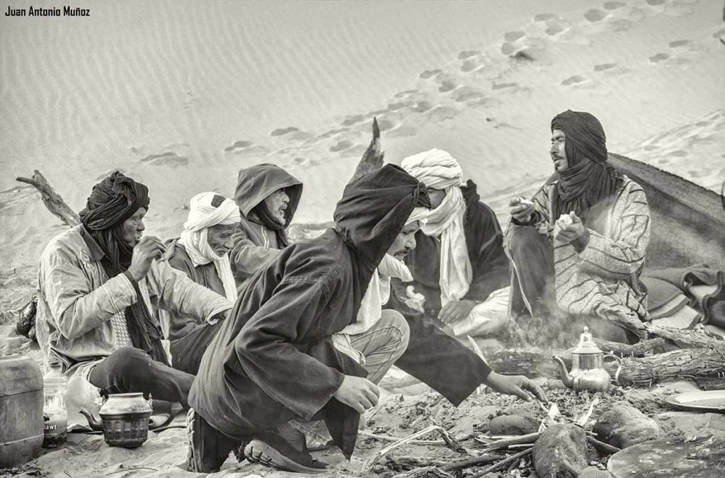 Desayunando junto a fuego. Marruecos
