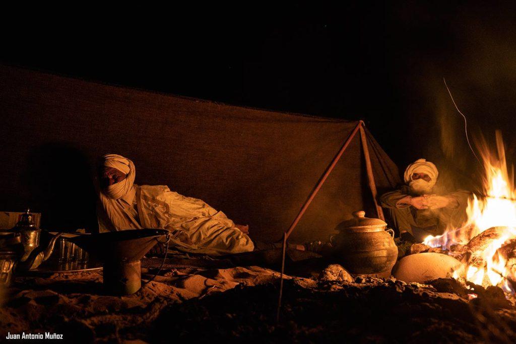 Charlando junto al fuego. Marruecos