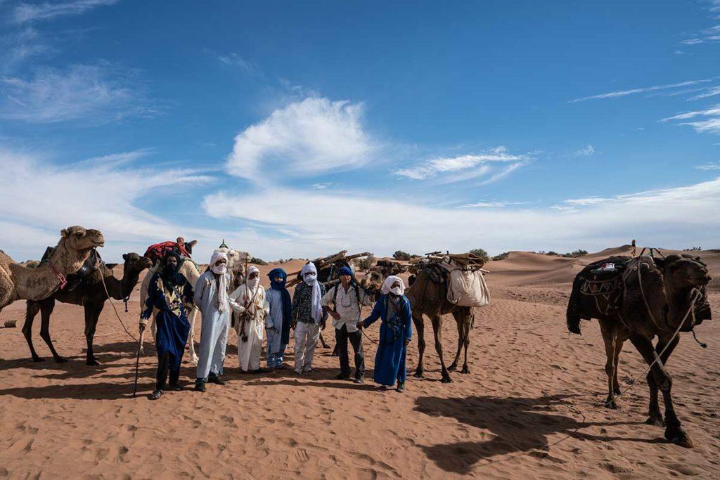 Juan Antonio con camelleros. Marruecos
