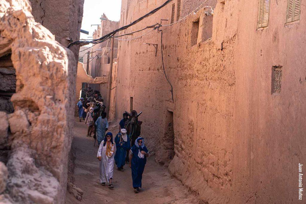 Caravana en calle. Marruecos